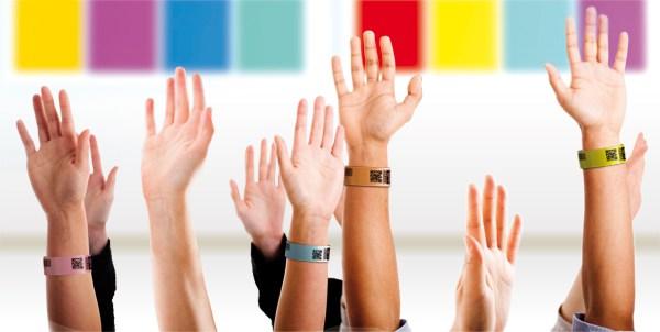 Bracelets événementiels : le double enjeu de ces goodies lors d'événements professionnels