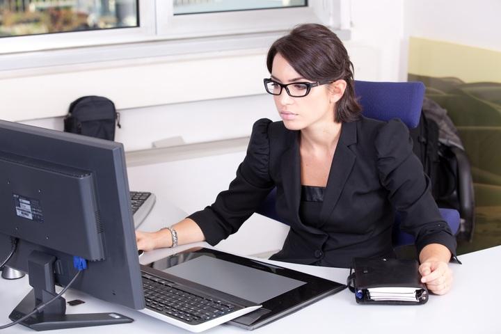 comptable devant son logiciel de comptabilite pxhere